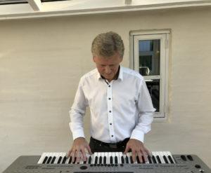 Allan Stade spiller på keyboard