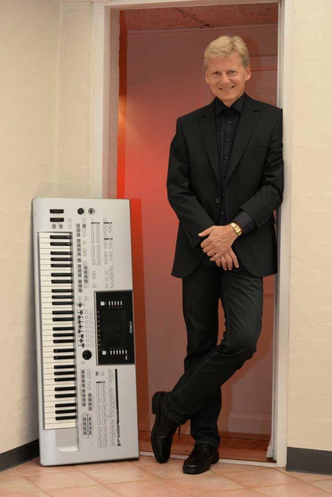 Musiker med keyboard